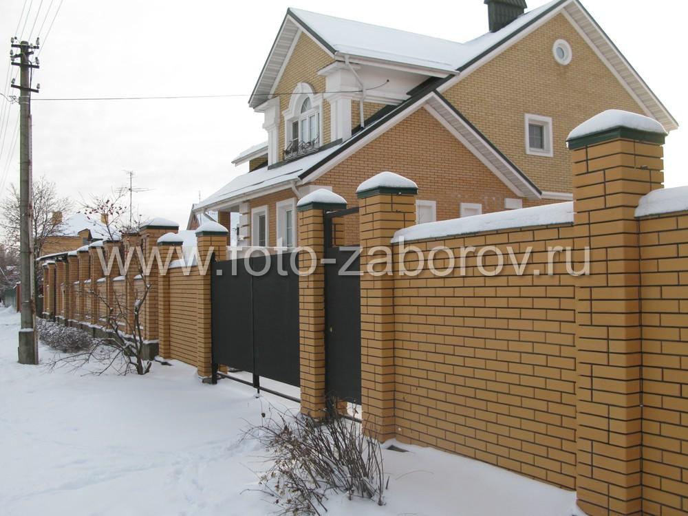 Пролеты жёлтой ограды из