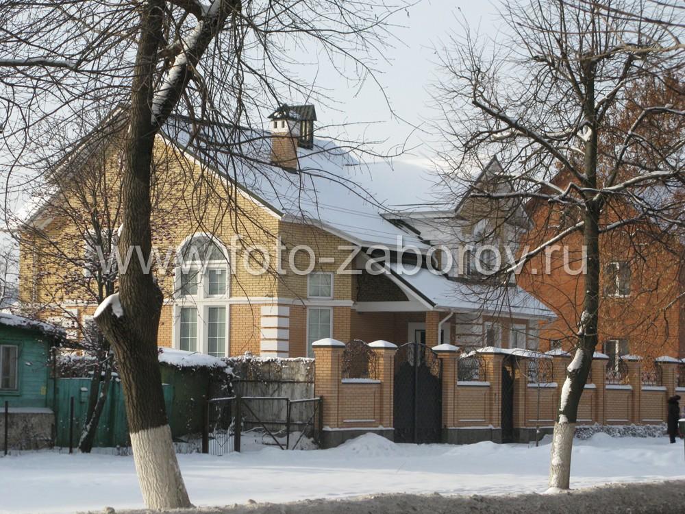 Забор гармонирует с фасадом дома из желтого