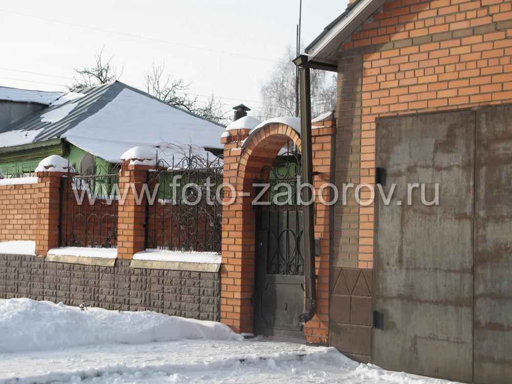Цоколь ограды декорирован искусственным