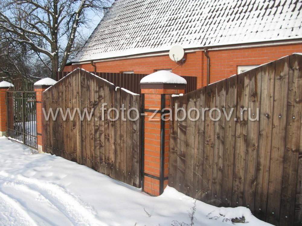 Петли для ворот закреплены на металлических обручах вокруг кирпичных