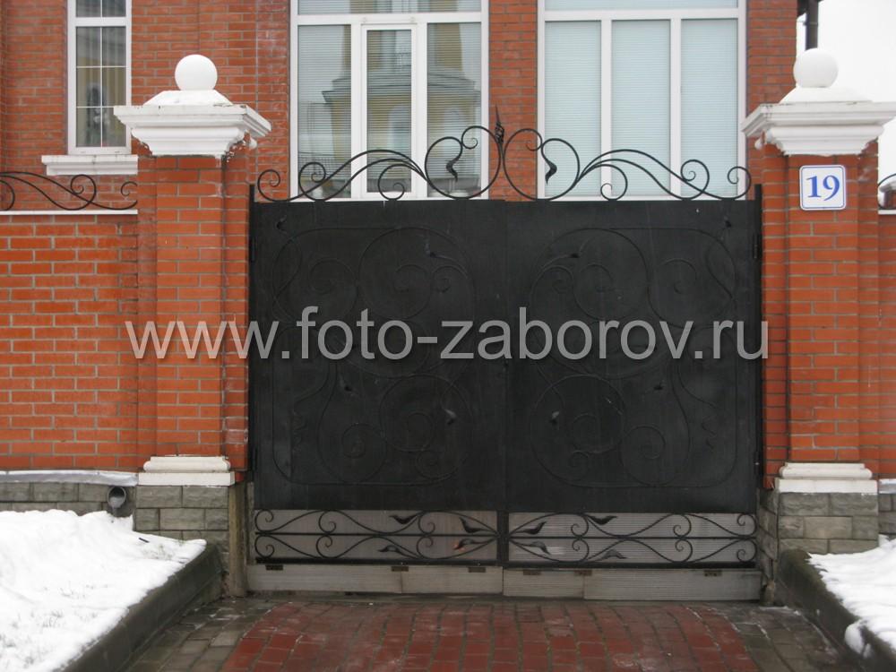 Ворота из стального листа искуссно украшены элементами холодной