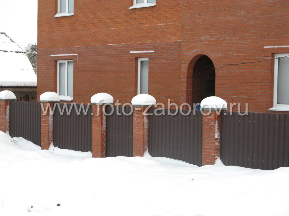 Забор из профнастила на столбах из красного