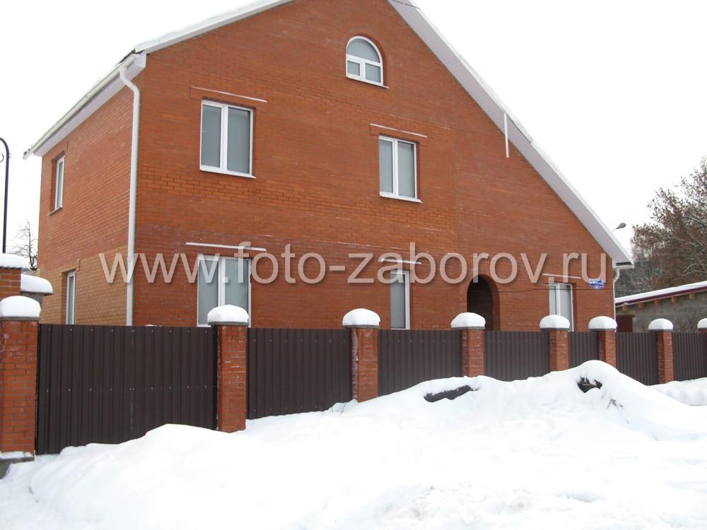 Зимняя фотография ограды из профильного