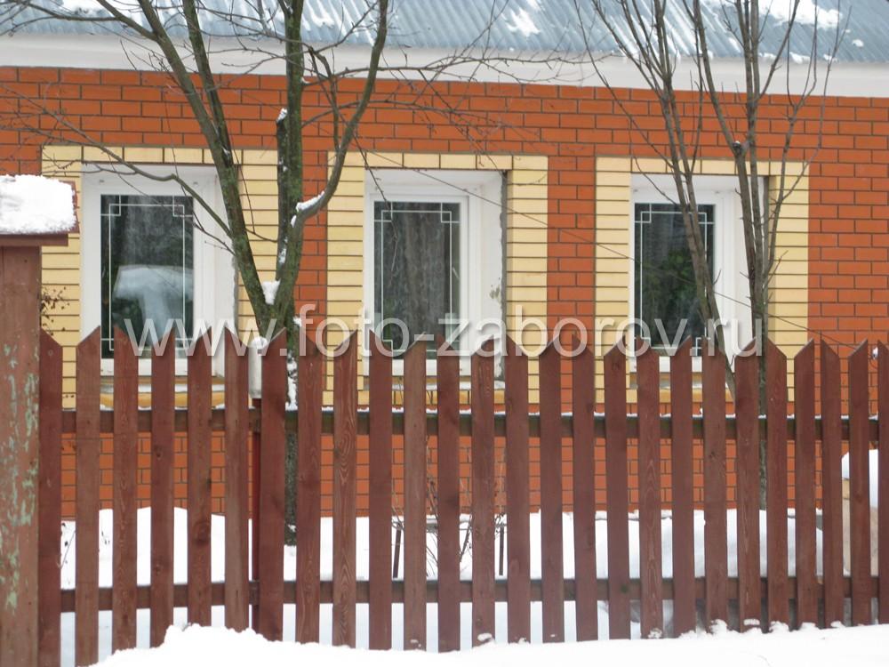 Придомовой палисадник в окружении деревянного