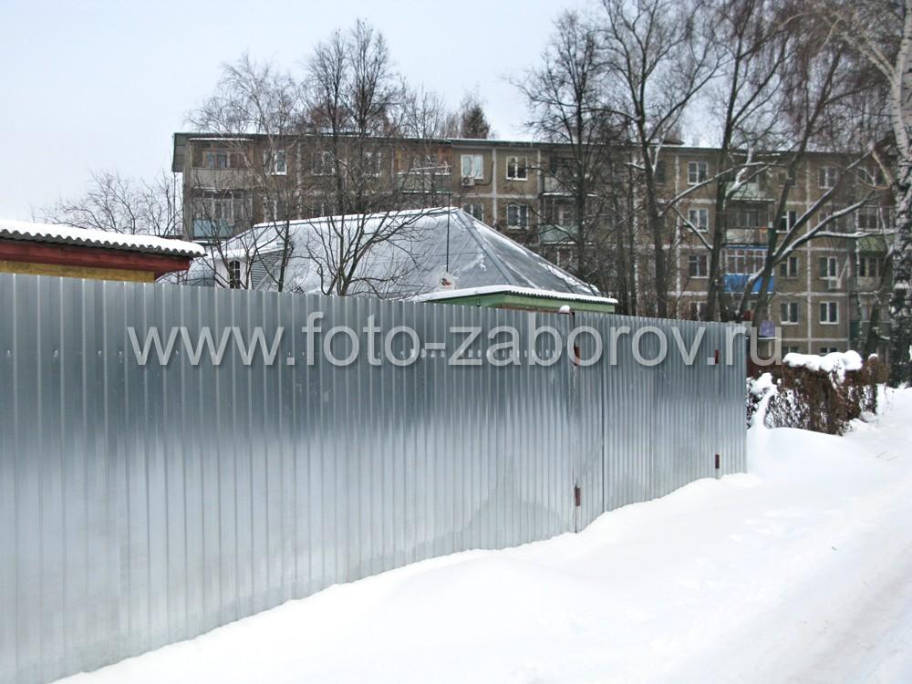 Забор и калитка, сделанные из оцинкованного