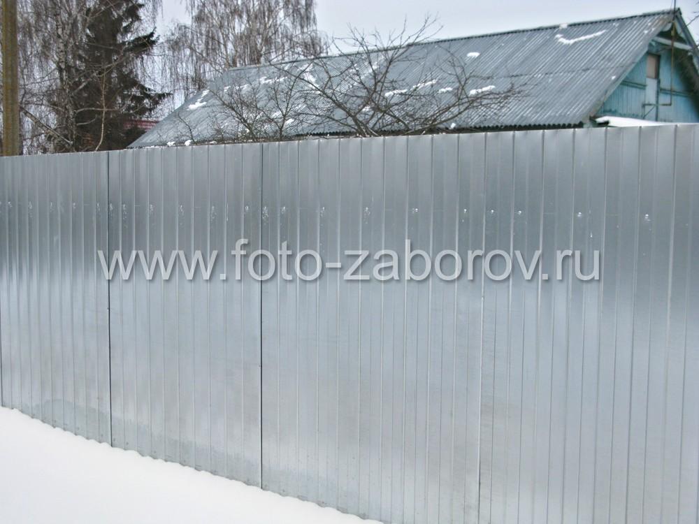 Забор из оцинкованного профлиста сравнительно недорогой, при этом надежно защищает