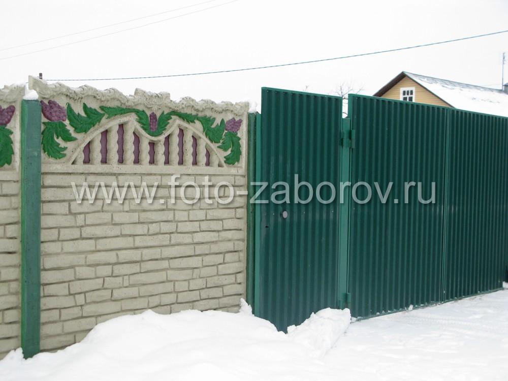 Сочетание раскрашенного бетонного забора и зеленых ворот из