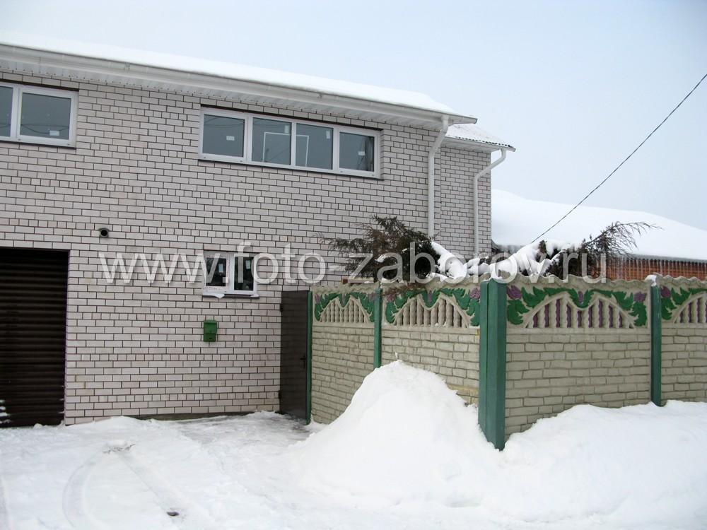 Объемный рисунок ограды отлично сочетается с кирпичной кладкой фасада