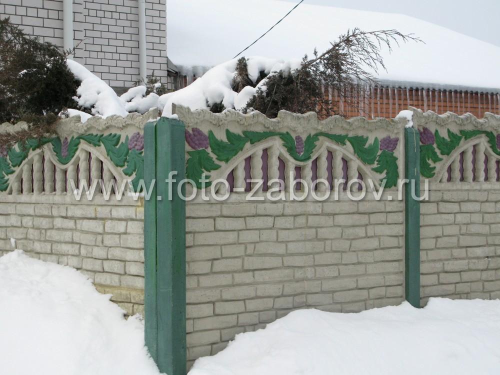 Пролеты бетонной ограды установлены направляющие бетонных