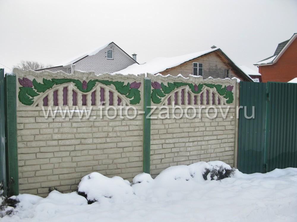 Многоцветное декорирование ограды из