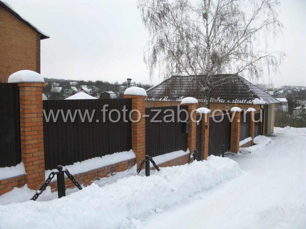 Фото коричневого RAL8017 забора из профнастила со столбами из красного кирпича, установленного