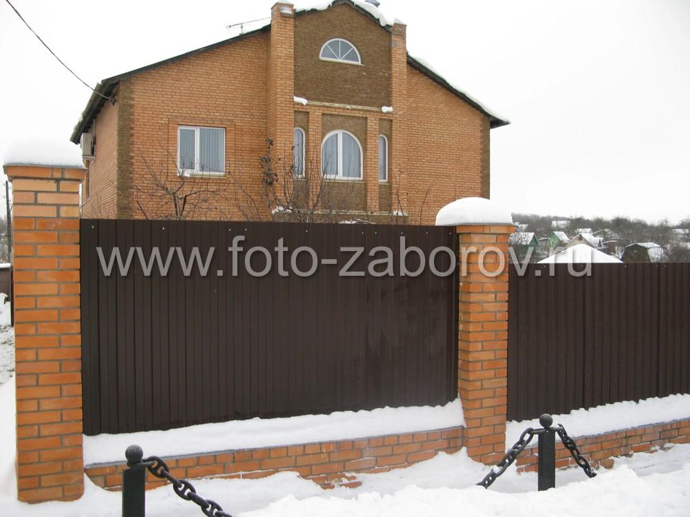 Сочетание цветов (красный кирпич) фасада дома и кирпичных столбов забора из профлиста. Декоративная