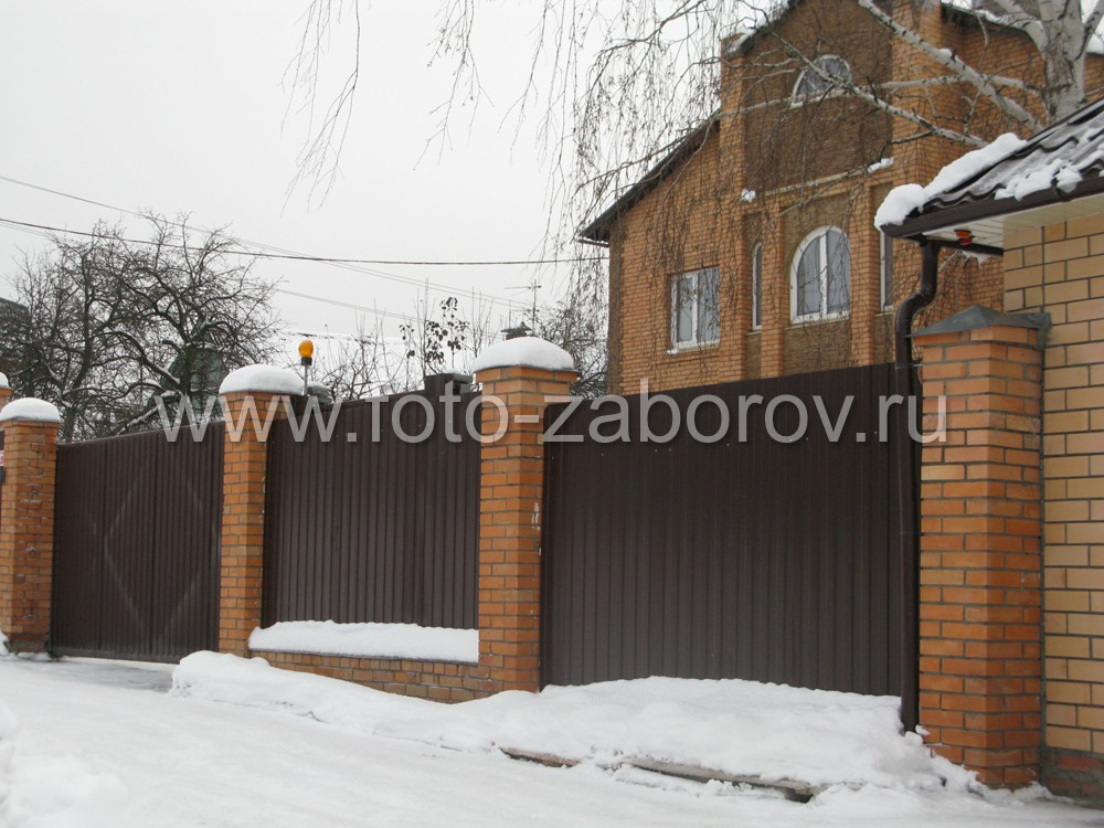 Забор из профнастила со ступенчатой фундаментной лентой и кирпичным