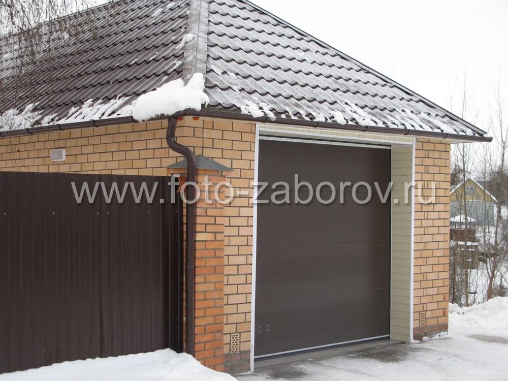 Выбор единого цвета - темно-коричневого RAL8017 для пролетов забора, крыши из металлочерепицы и