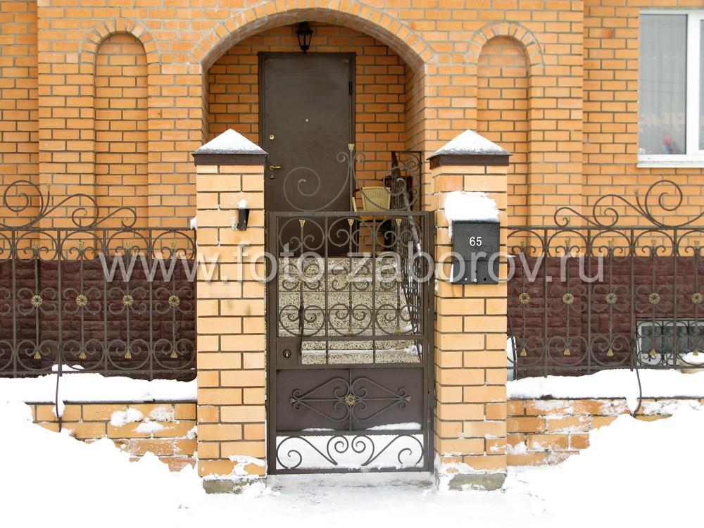Калитка главного входа торжественна и изящна; окружена заборными столбами из желтого