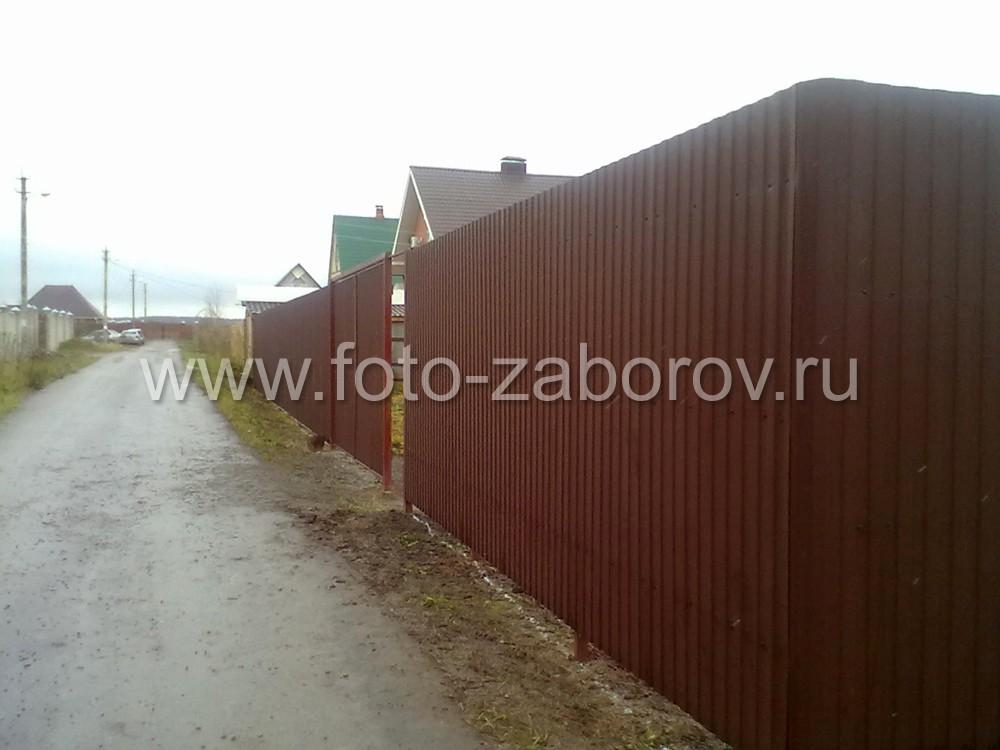 Фото Забор из профнастила, смонтированный на металлические столбы, вбитые в