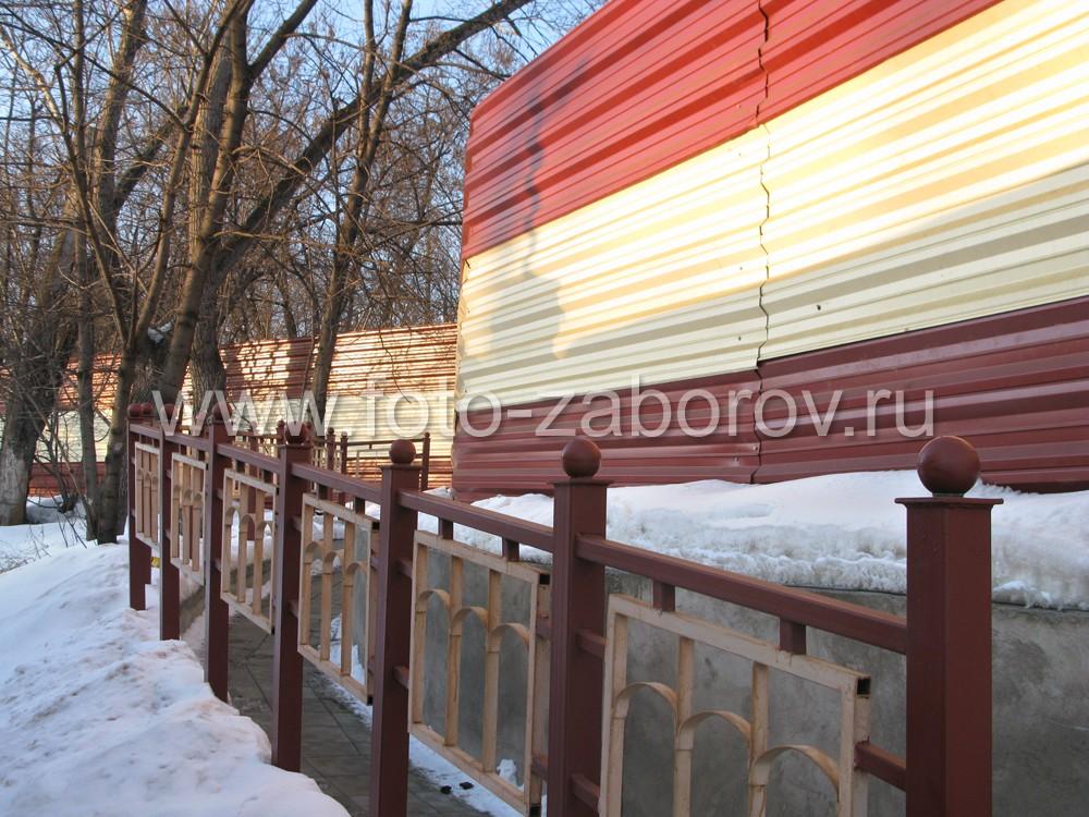 Металлическая ограда платформы