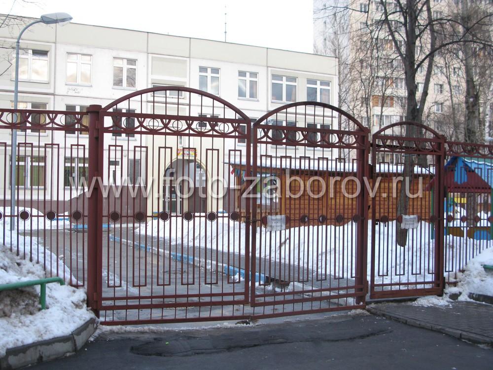 Фото Забор детского сада. О том, как комбинируя простые элементы получить оригинальную