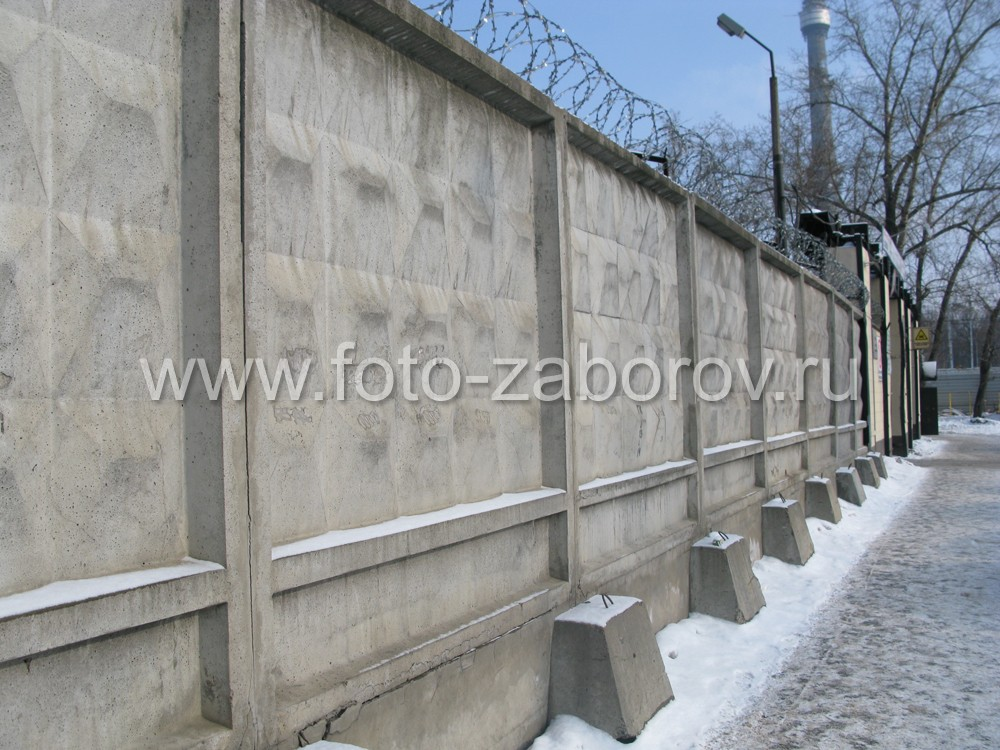 Фото Старый железобетонный заводской забор продолжает выполнять свою защитную функцию даже при