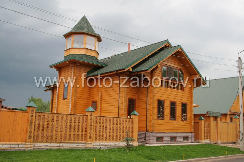 Красивый двухэтажный дом из бруса, смотровая башенка с панорамным обзором, деревянный забор на