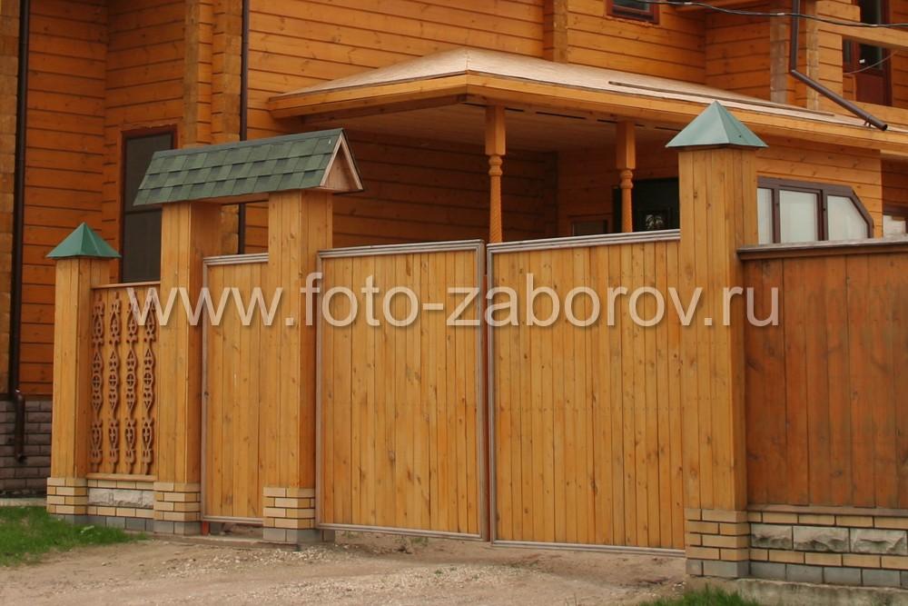 Деревянная входная группа: смежные двустворчатые ворота и калитка под навесом, столбы на фундаменте