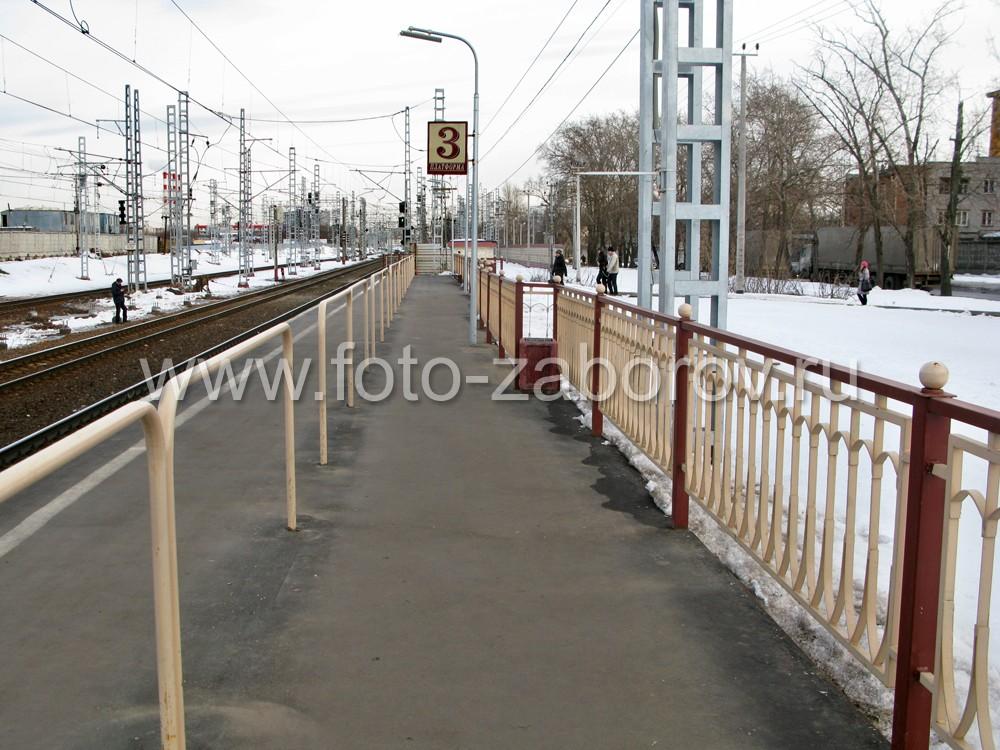 Фото Ограждение железнодорожной платформы - бюджетно, добротно, эстетично. Скоростному