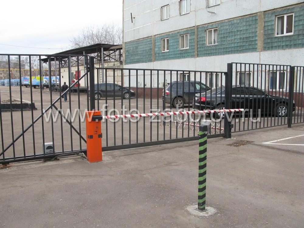 Комплексное оснащение ограждения и входной группы: откатные ворота, шлагбаум, габаритные
