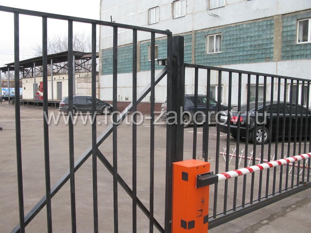 Опорная колонна откатных ворот, въезд для автотранспорта на заводскую