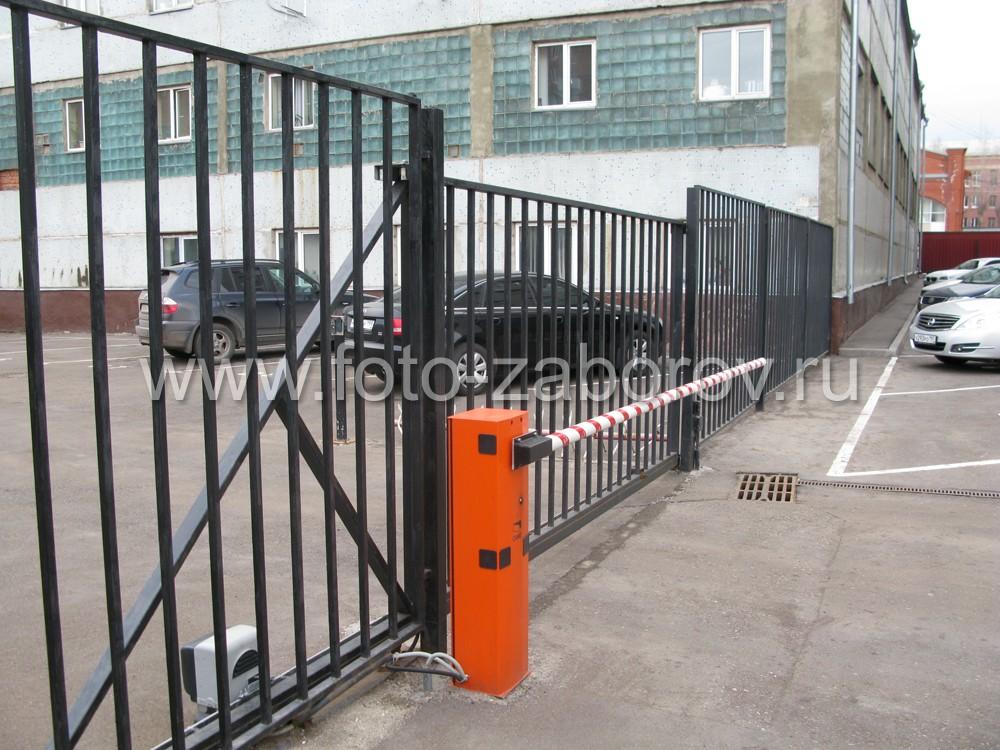 Общий вид металлических сдвижных ворот с автоматическим