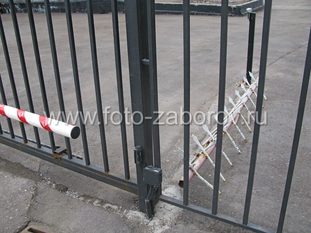 Калитка в откатных воротах фото