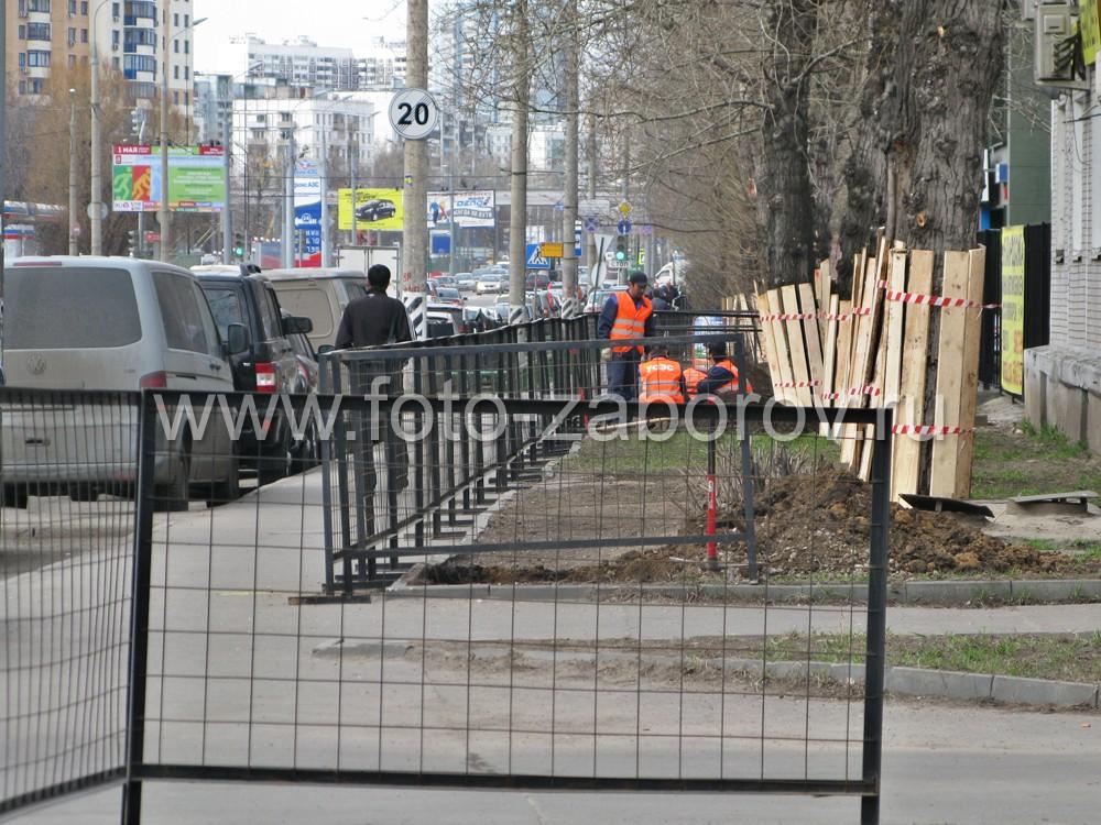 Фото Временное строительное ограждение из сетки в металлической сварной рамке. Быстрый способ