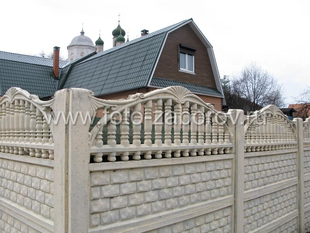 Пролёты ограды состоят из бетонных панелей двух