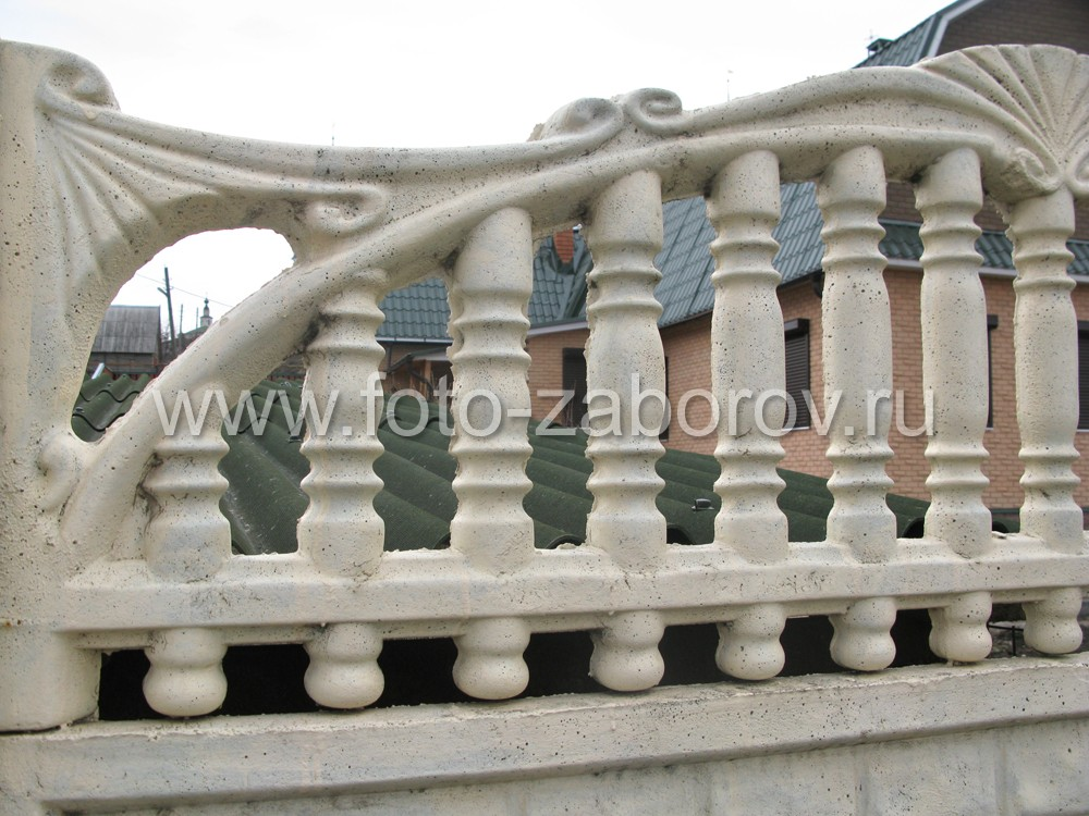 Верхняя панель бетонного забора конструктивно выполнена в виде балясин с верхней огибающей