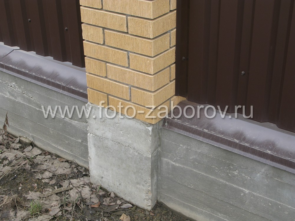 Столбы возведены на монолитном ленточном фундаменте, под столбами сделано расширение в размер со