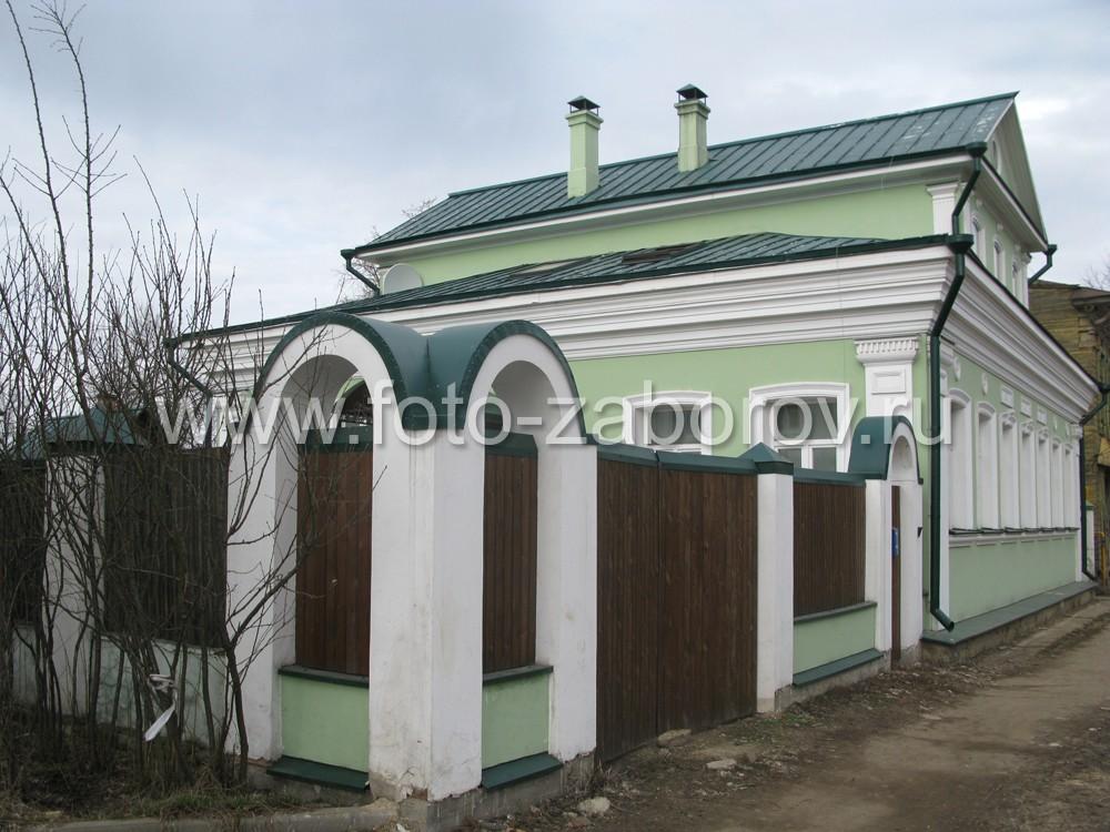 Цветовая окраска забора в едином стиле с окраской фасада дома: зелёный, салатовый, белый цвета;