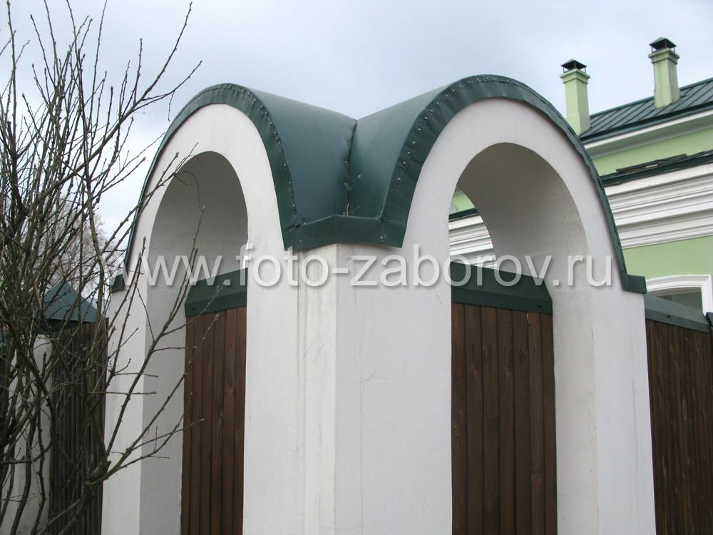 Оригинальная конструкция из двух арок украшает угол деревянного