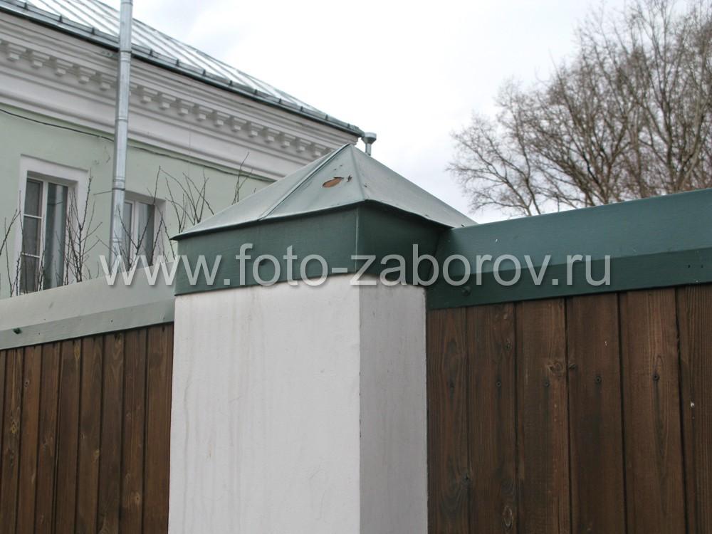 Фото зелёного защитного колпака на кирпичном оштукатуренном столбе