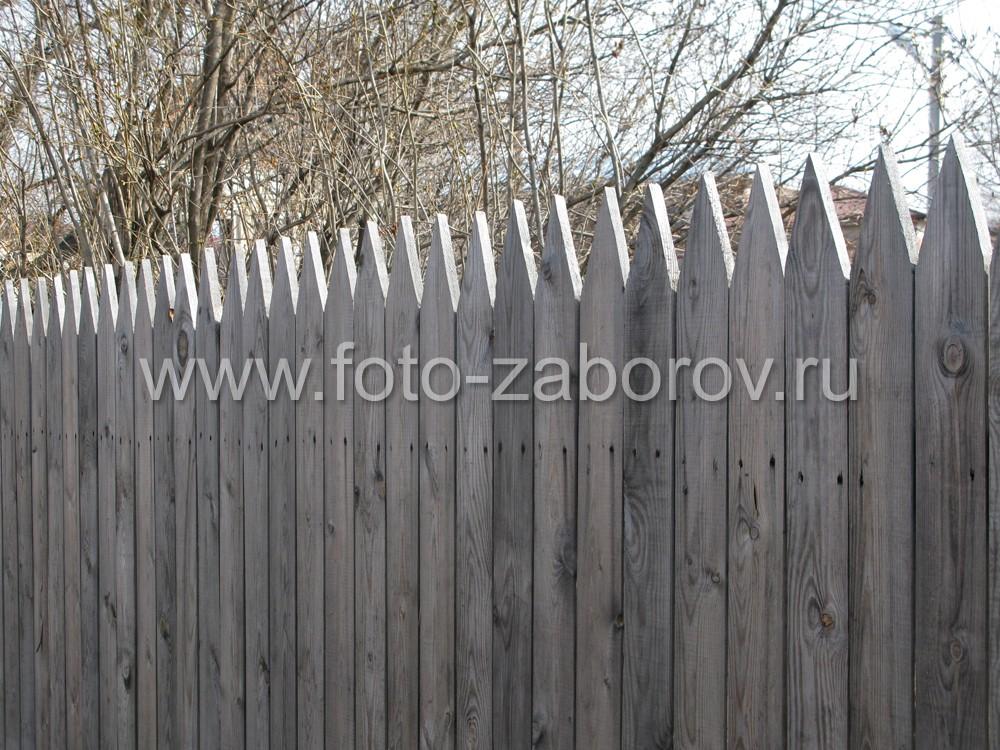Фото Деревянный забор в посаде у крепостных стен древнего Ростова Великого - историческая