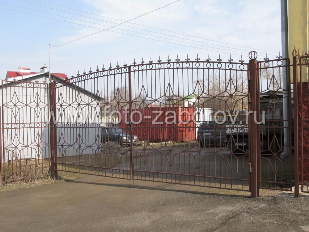 Фото Уникальный в своем роде комбинированный забор: металлические пролеты, имеющие бетонный