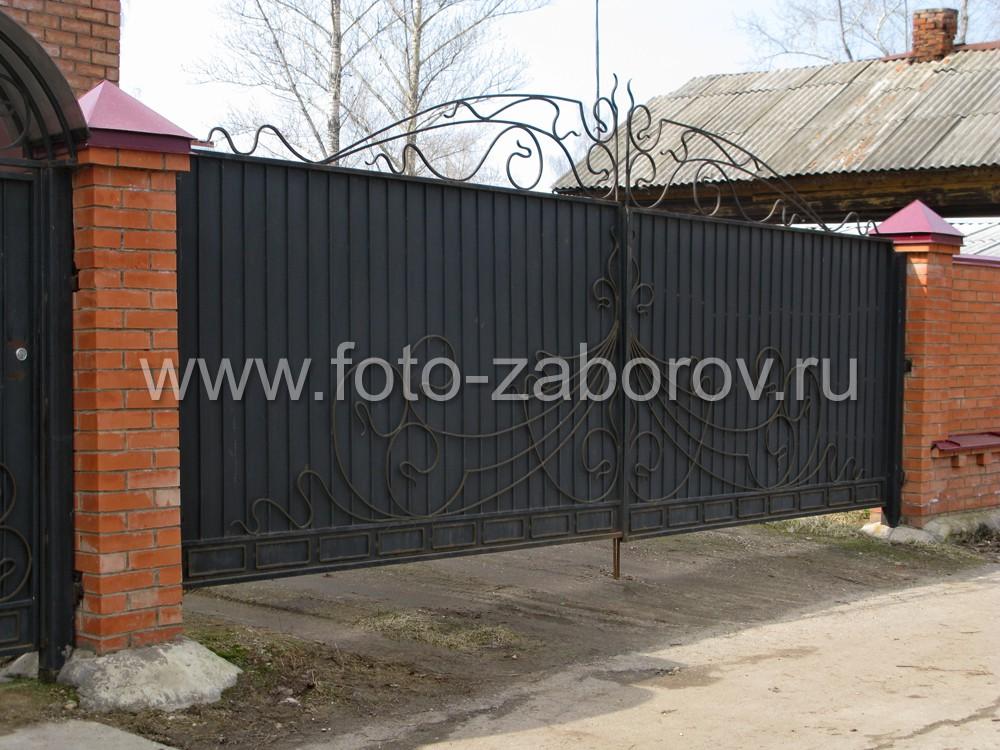 Красивые распашные ворота из металлического полотна, профильной решётки и кованого