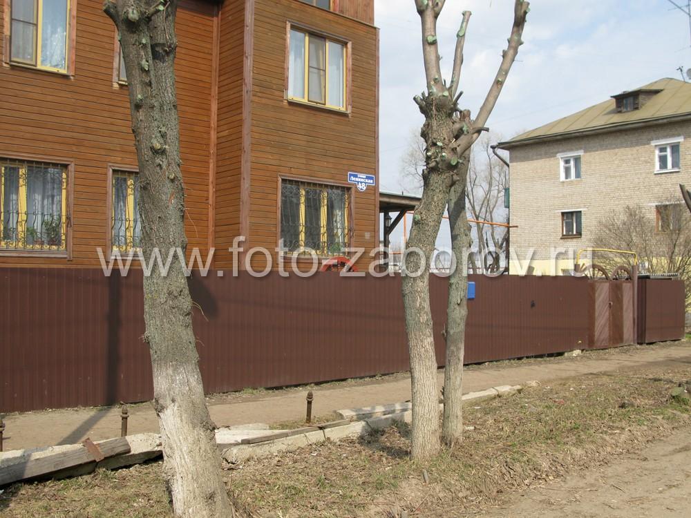 Фото Изюминка забора из профнастила - деревянные ворота, с любовью сделанные своими