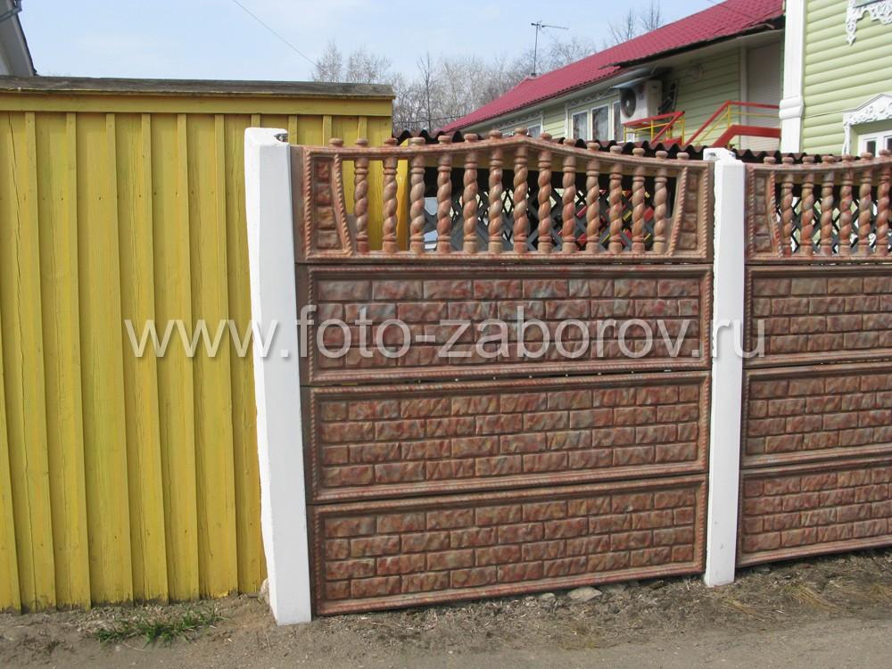Фото Забор из колёрованного бетона, ворота и калитки - деревянная облицовка  блок-хаусом под