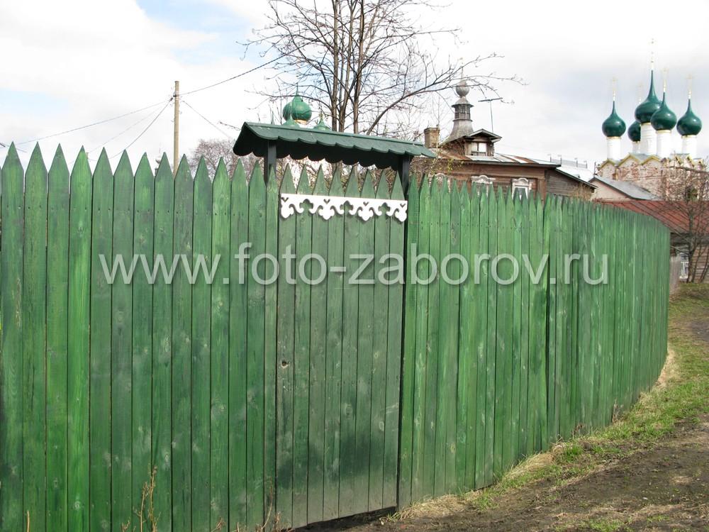 Красивая резная ограда на фоне куполов древнего