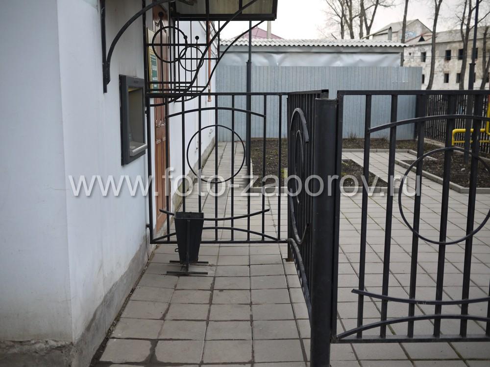 Фото Красивая ограда административного здания из металлического