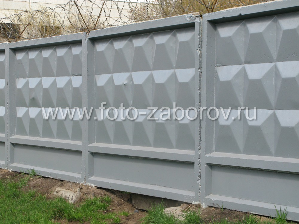 Фото Классический бетонный забор промышленного предприятия. Панели установлены в бетонные