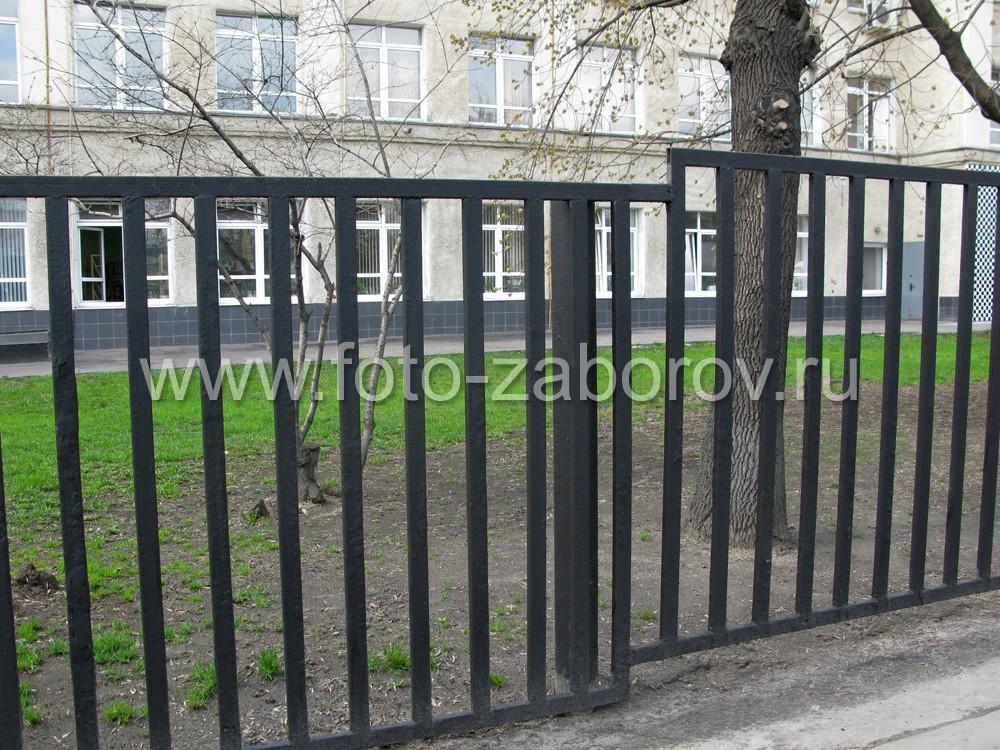 Фото Строгий и простой металлический забор ограждает территорию высшего учебного