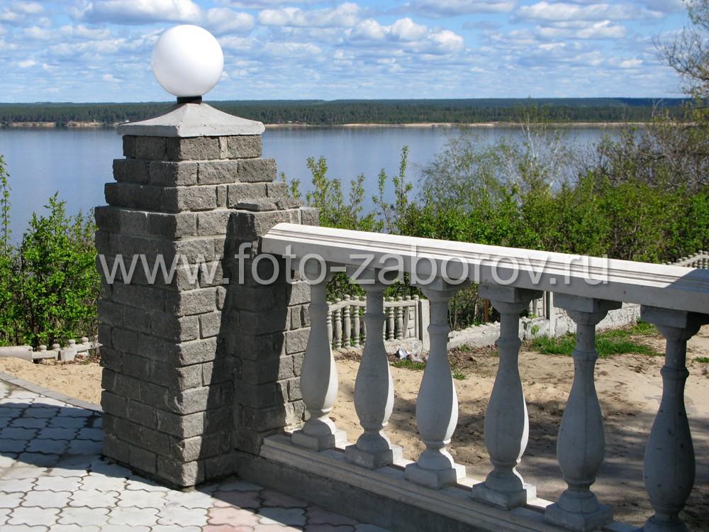 Фото Белоснежные бетонные балясины как часть архитектурного решения с элементами национального