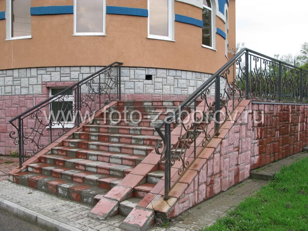 Фото парадной лестницы с коваными