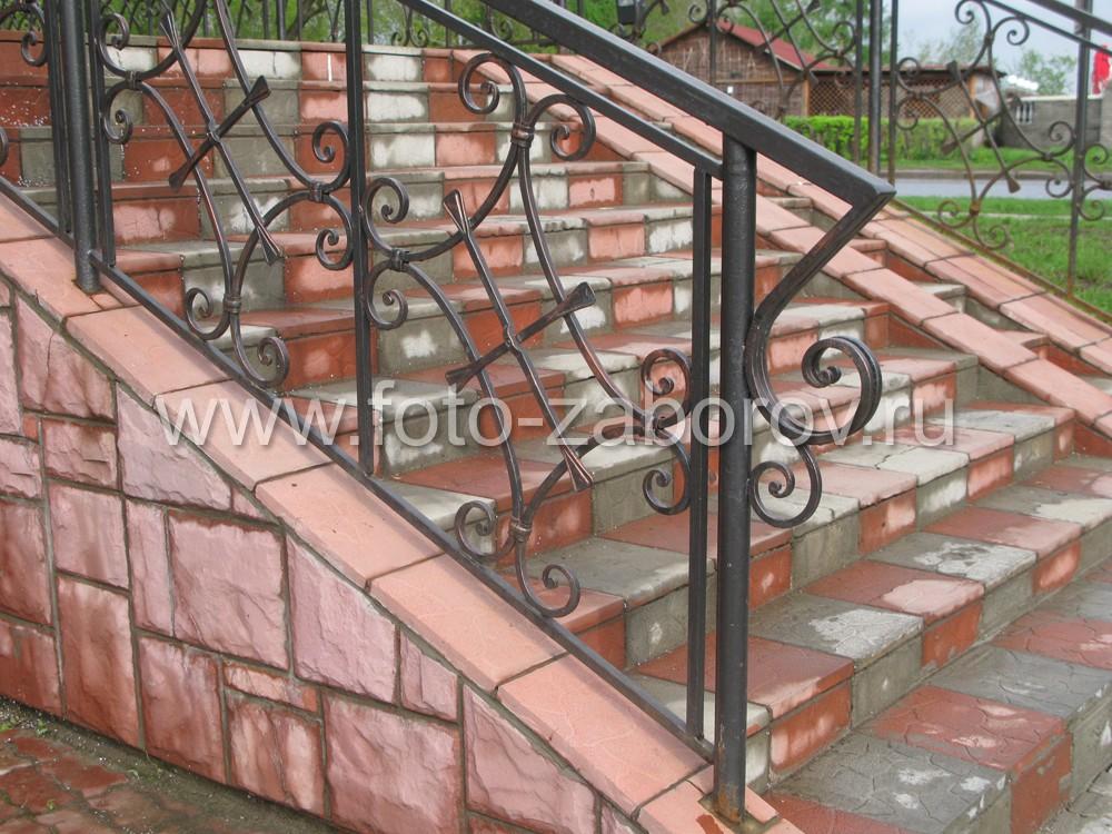 В пролётах ограждения лестницы вместо обычной решётки использованы кованые ромбические