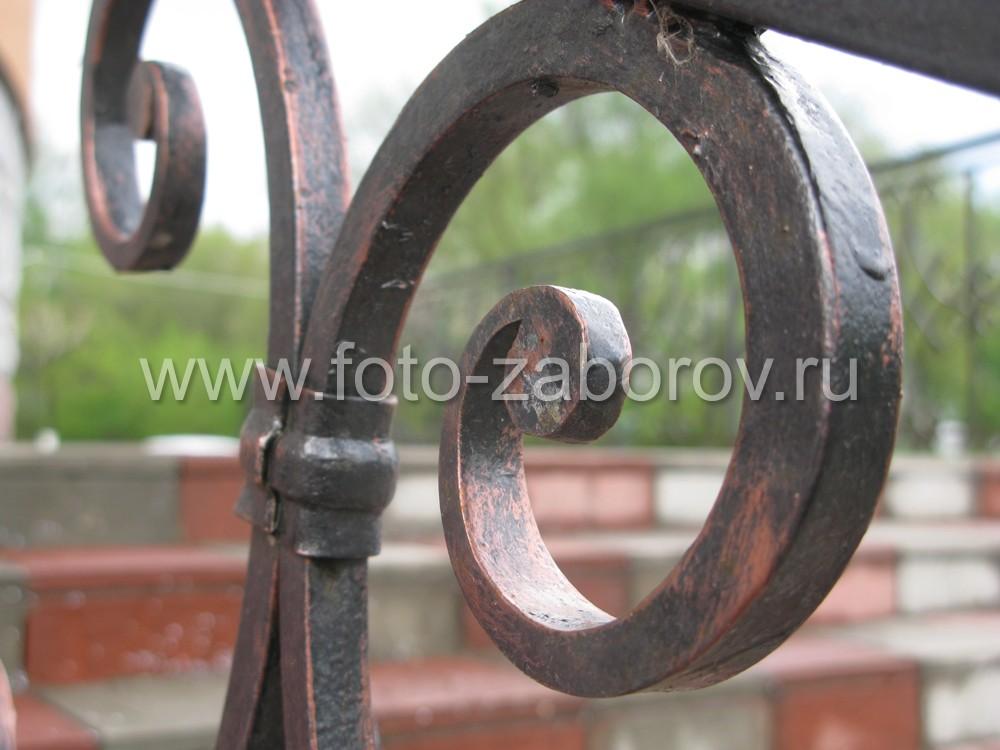Фрагмент ромбовидной вставки в ограждении лестницы: кованый завиток переменного